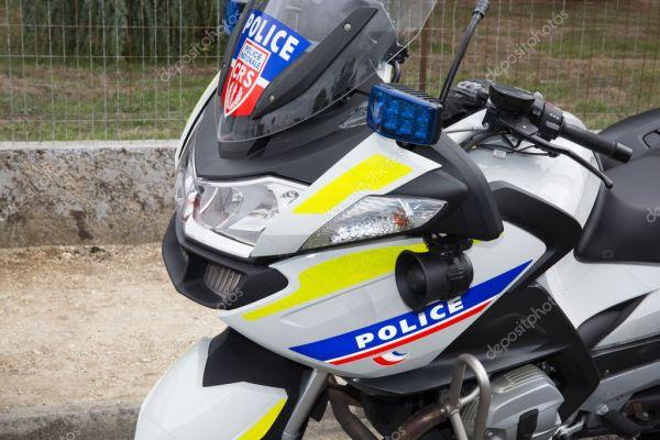 Полицейские мотоциклы на стоянке на улице. Национальная ...