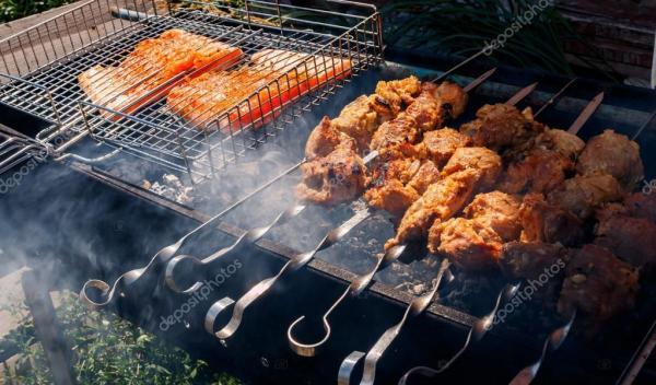 Свинина и лосось шашлыки на гриле снаружи — Стоковое фото ...