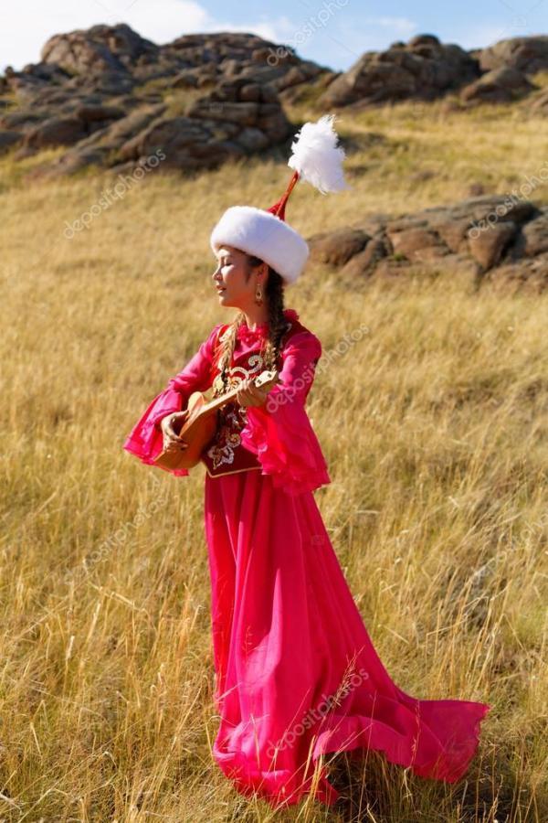 Красивые Казахская женщина в национальном костюме в степи ...