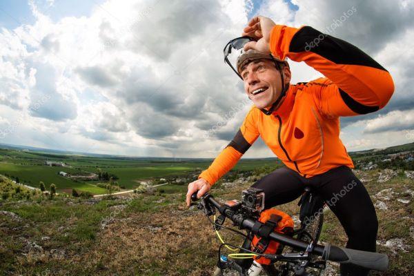 Молодой человек едет на велосипеде снаружи. Здоровый образ ...