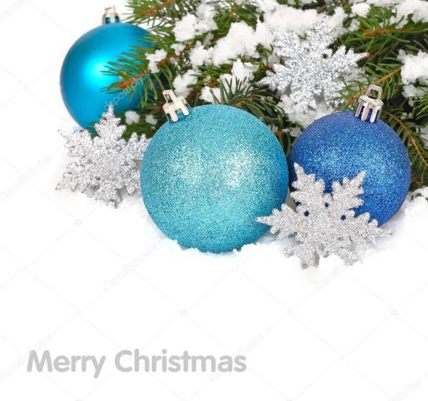 Голубые рождественские шары и серебристые снежинки на ...