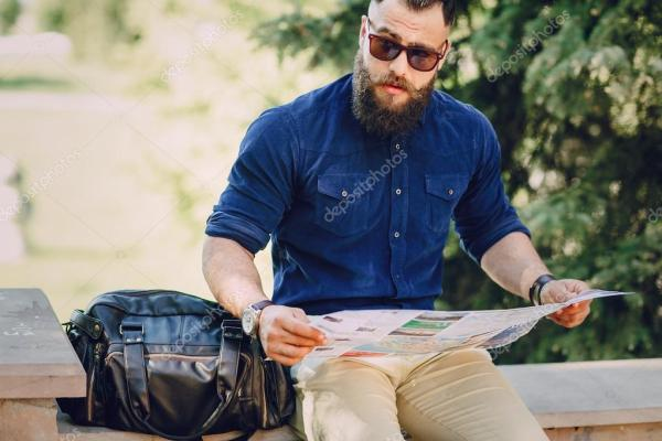 Бородатого мужчини подорожує з картою — Стокове фото ...