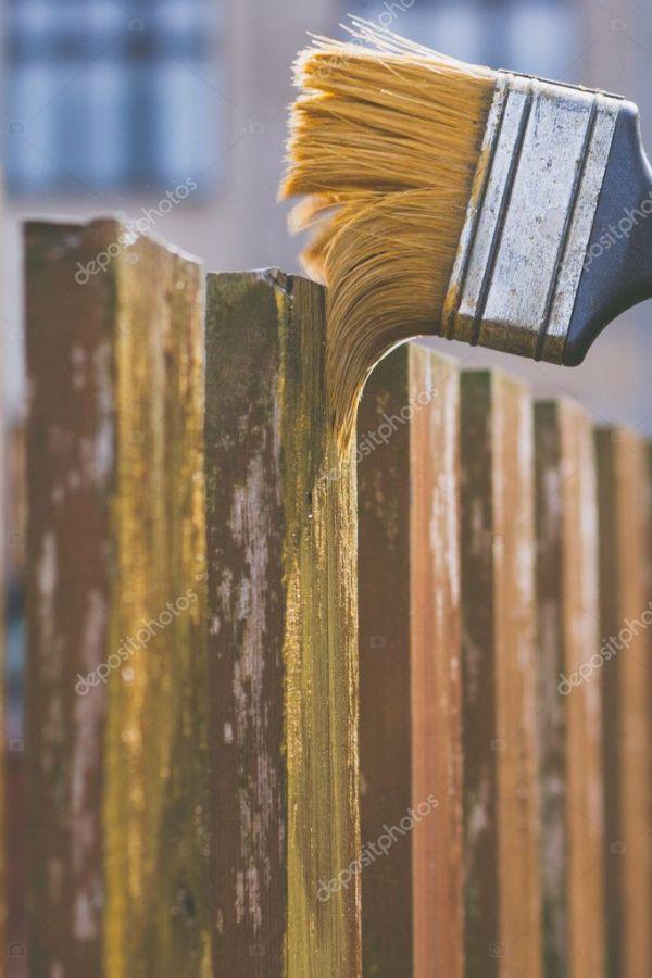 Чистка деревянного забора щеткой — Стоковое фото ...