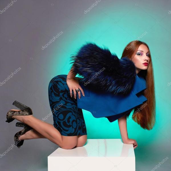 Красивая молодая женщина в мехе — Стоковое фото ...