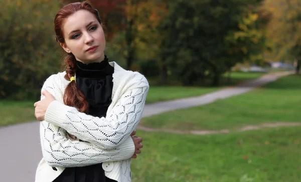 Портрет красивой девушки в осеннем лесу — Стоковое фото ...