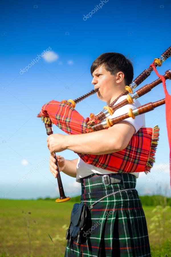 Изображение человека, играет в шотландский килт ...