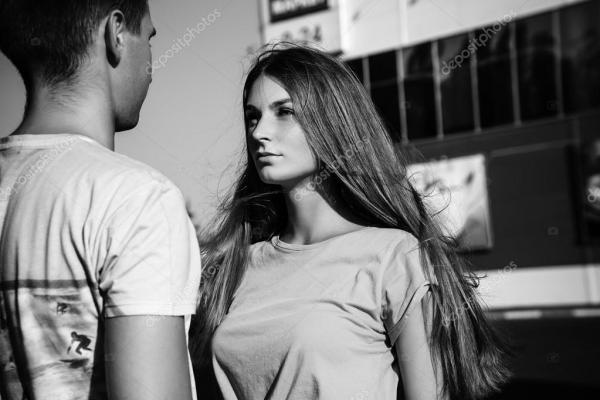 Картинка: девушка с парнем. Девушка смотрит на парня ...