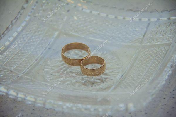 Обручальные кольца для жениха и невесты — Стоковое фото ...