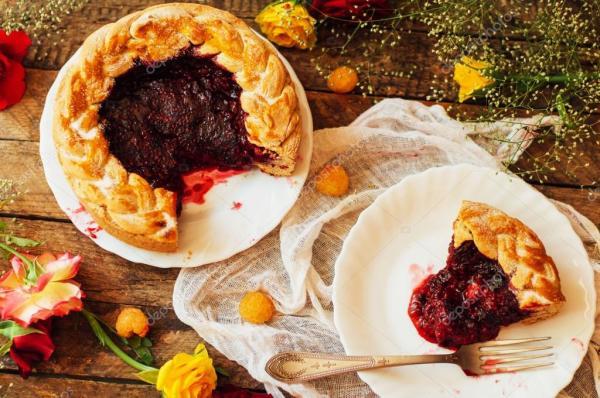 Пирог со свежими ягодами. Домашний пирог, украшенный ...