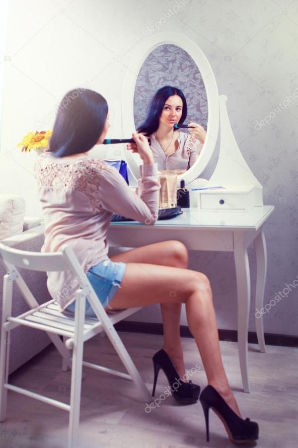 Портрет красивой женщины как нанесение макияжа у зеркала ...