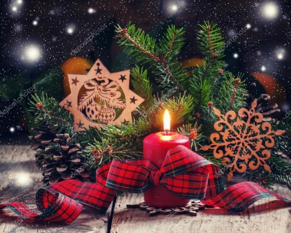 Композиция с горящей красная свеча Рождества с плед ленты ...