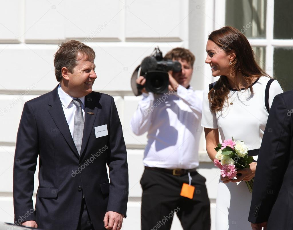 劍橋公爵夫人凱瑟琳威廉王子的妻子 — 圖庫社論照片 © Twocoms #122365646