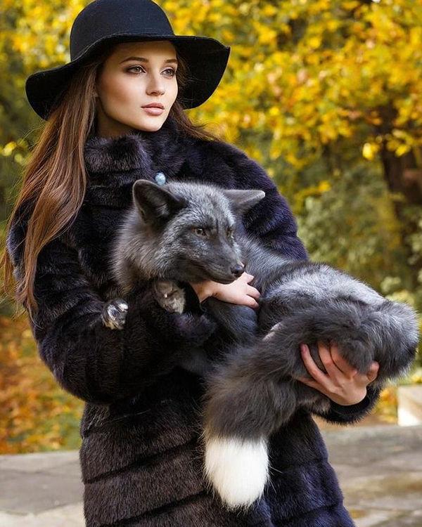 Эко-шуба фото, девушка в шляпе и шубе держит животное фото