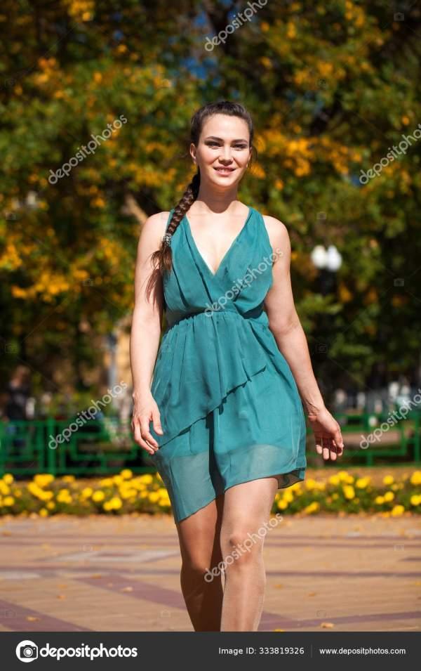 Брюнетка в синем платье идет по улице , — Стоковое фото ...