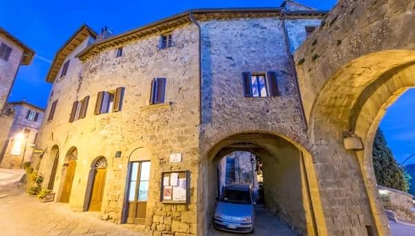 Вход в древнюю стену Фаццо, Италия — Стоковое фото ...