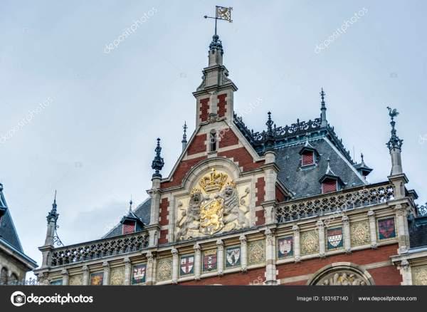 Центральный железнодорожный вокзал Амстердам в Нидерландах ...