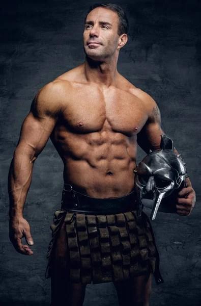 Мускулистый мужчина, держа шлем и меч — Стоковое фото ...