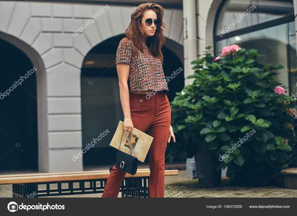 Красивые модные брюнетка в модном одежду и очки — Стоковое ...