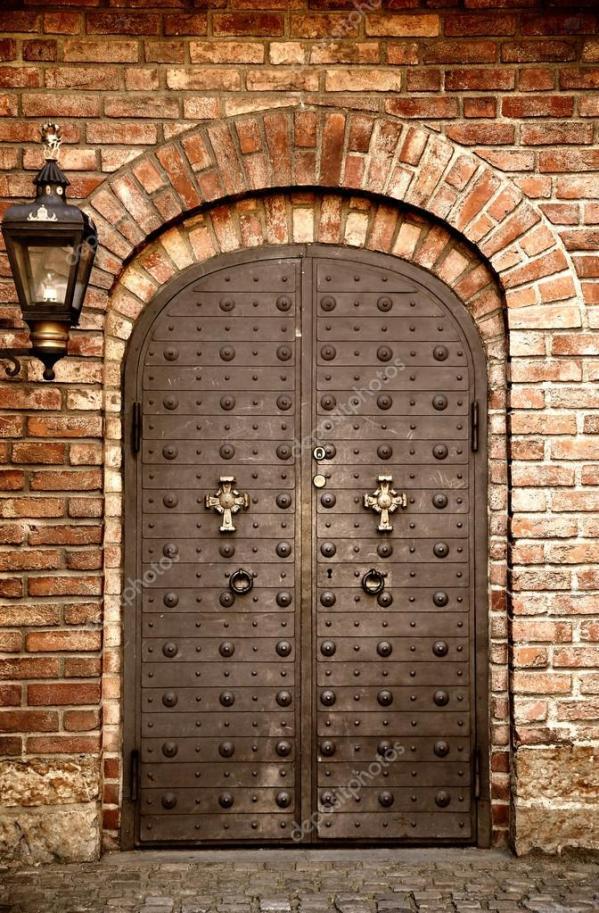 Детали старой металлической двери в средневековой крепости ...