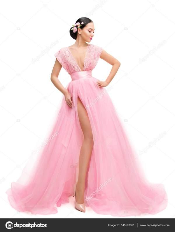 Мода модели платье, женщина в длинные розовые одежды ...