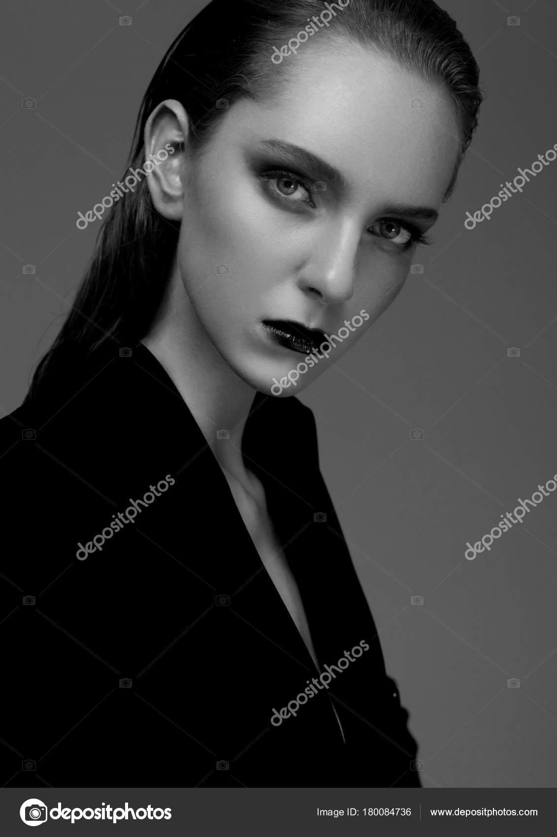 mannequin avec les cheveux mouilles portant un manteau long noir sur fond gris mode portrait noir et blanc image de denismart