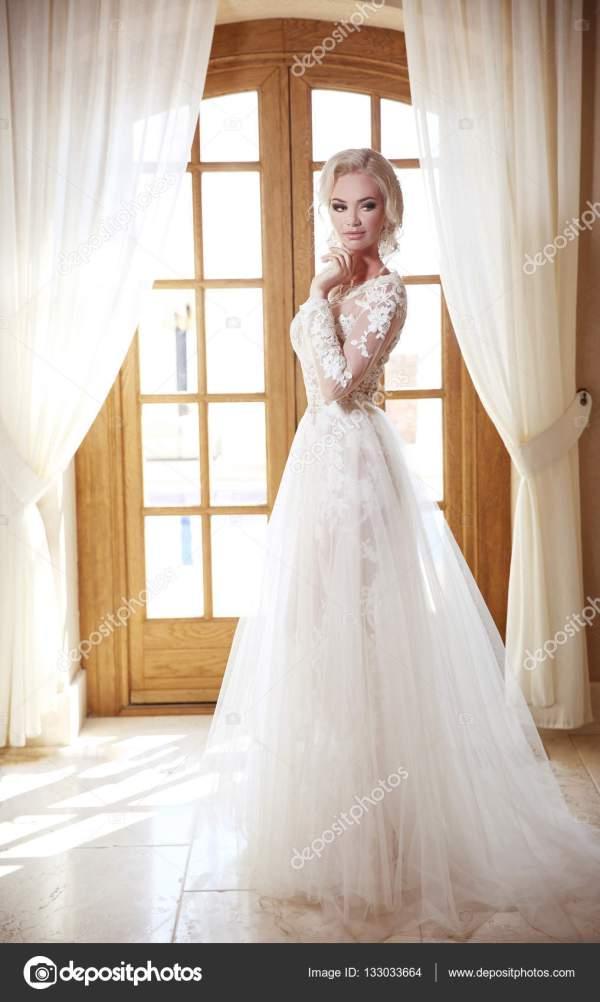 Блондинка в свадебном платье. Элегантная невеста в моде ...