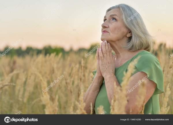 Крупным Планом Портрет Старшие Женщины Молятся Пшеничном