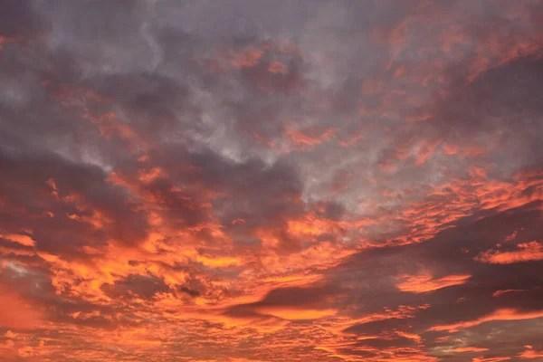 Красива барвиста захід сонця небо. Небо фону з червоний ...