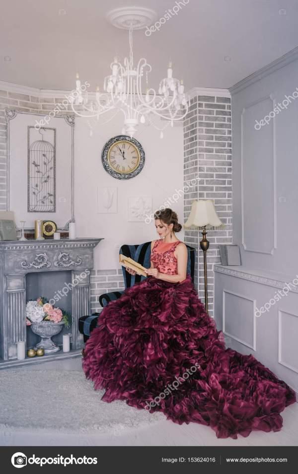 Невеста в фиолетовый свадебное платье — Стоковое фото ...
