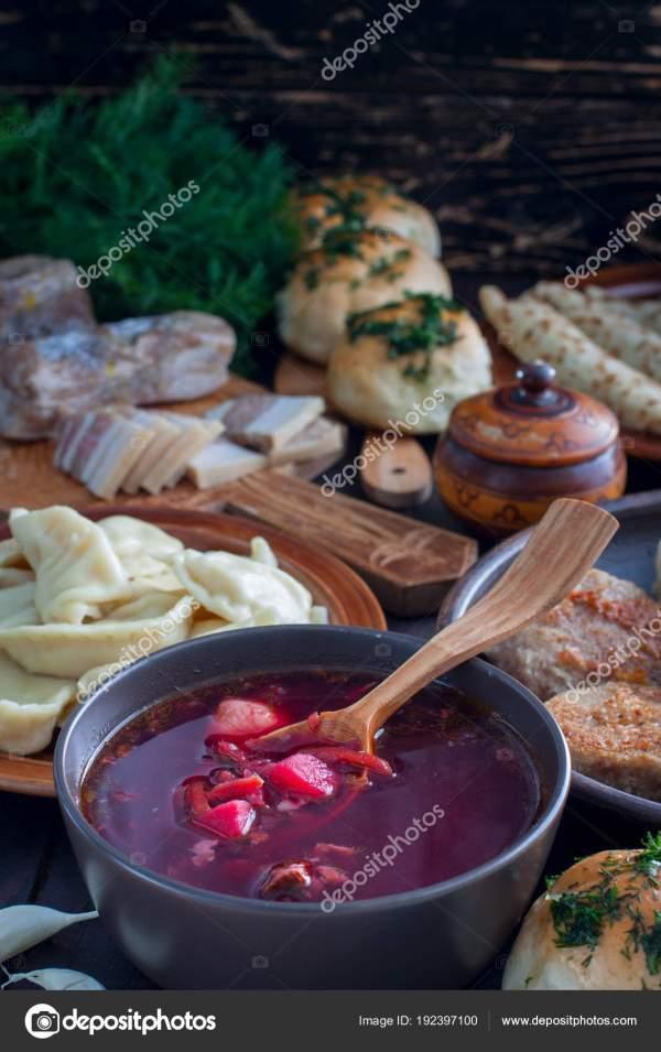 Традиционные блюда украинской кухни - борщ, вареники ...