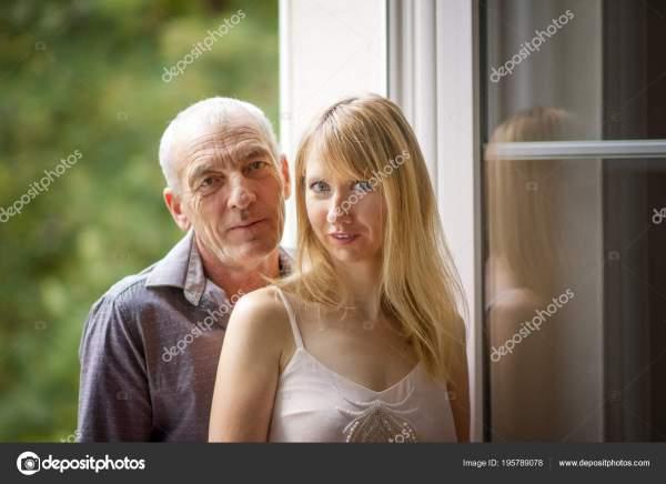 Портрет привлекательная женщина молодая блондинка в платье ...