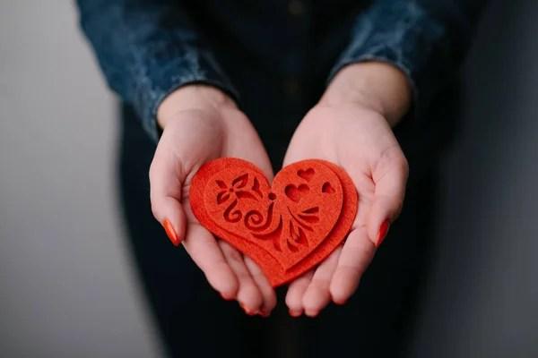 ᐈ Руки держат сердце фото, фотографии рисунок руки держат ...