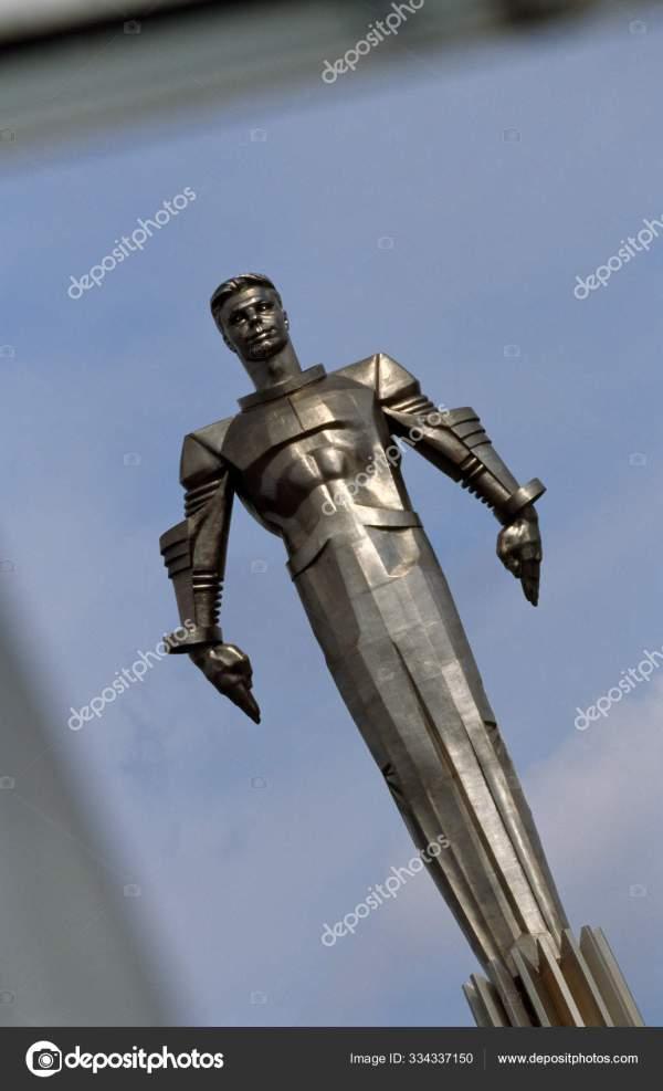 Статуя космонавта Юрия Гагарина, первого человека в ...