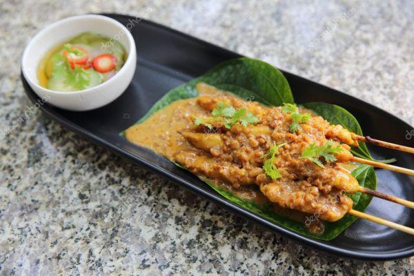 Куриный сатай в крупном плане, азиатская еда — Стоковое ...