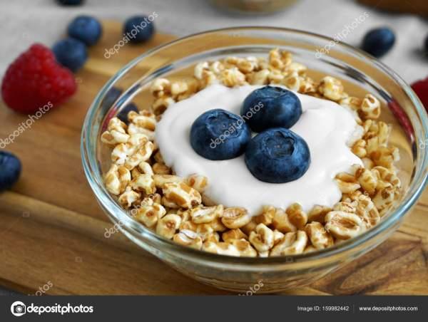 Полбы завтрак хлопья и йогурт черничный — Стоковое фото ...