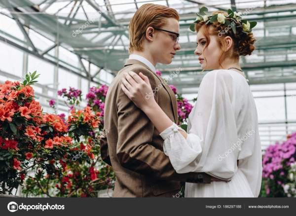 Красивая Молодая Рыжеволосая Свадьба Пара Обнимает Глядя ...