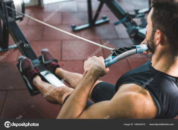 Обрезанное Изображение Молодого Спортсмена Упражнения ...
