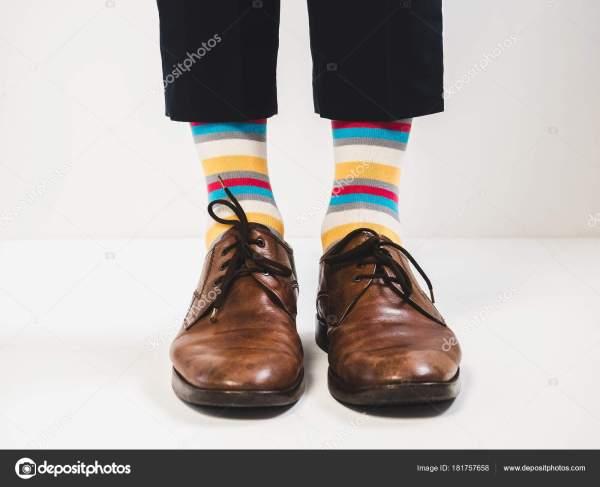 Мужские ноги в стильная обувь и яркие носки — Стоковое ...