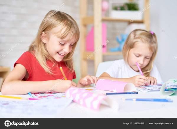 Симпатичные Маленькие Участники Рисования Класса Сидя ...