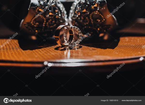 Близкий Вид Обручальных Колец Столе Свадебной Обуви ...