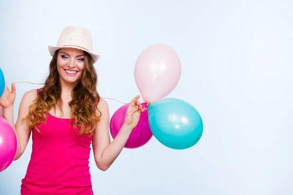 Женщина лето радостная девушка с красочными воздушными ...