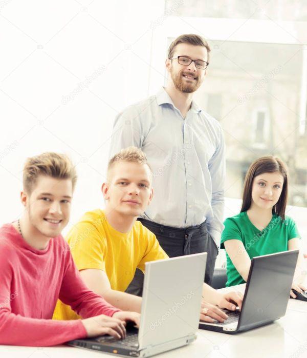 Студенты и преподаватель программирования урок — Стоковое ...