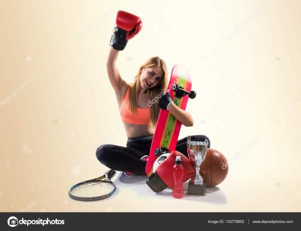 Спортивная девушка с большим количеством спортивных ...