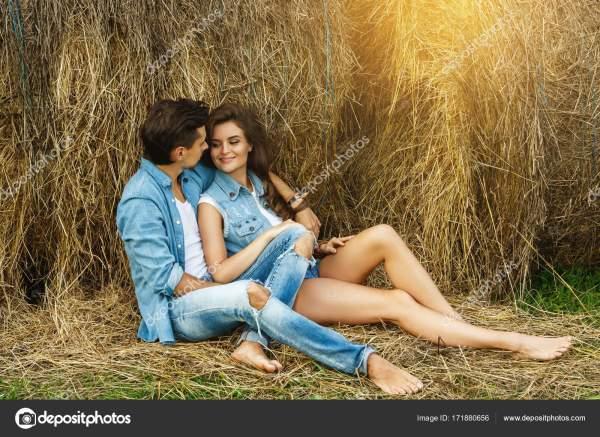 Молодая пара отдыхает среди стогов сена — Стоковое фото ...
