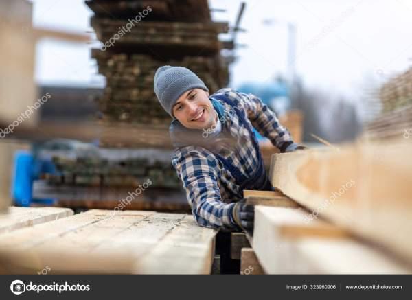 Молодой Мужчина Работающий Деревообработке — Стоковое фото ...