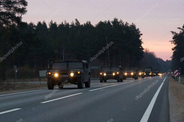 Вильнюс, Литва - 11 ноября 2017: Литовский конвой армии ...