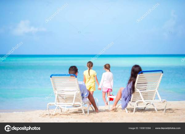 Счастливый красивая семья на тропический пляжный отдых ...