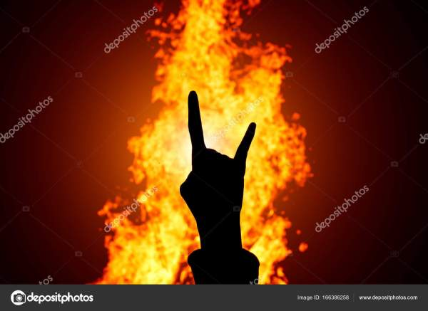 Силует рок-н-рол руки знак на тлі вогню — Стокове фото ...