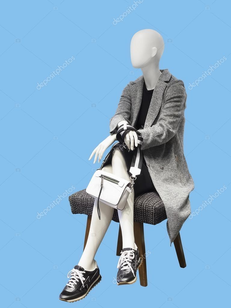 assis mannequin femme porte manteau gris photo