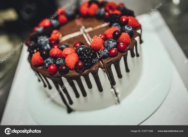 Белый Торт Шоколадной Глазурью Ягодами Торт День Рождения ...
